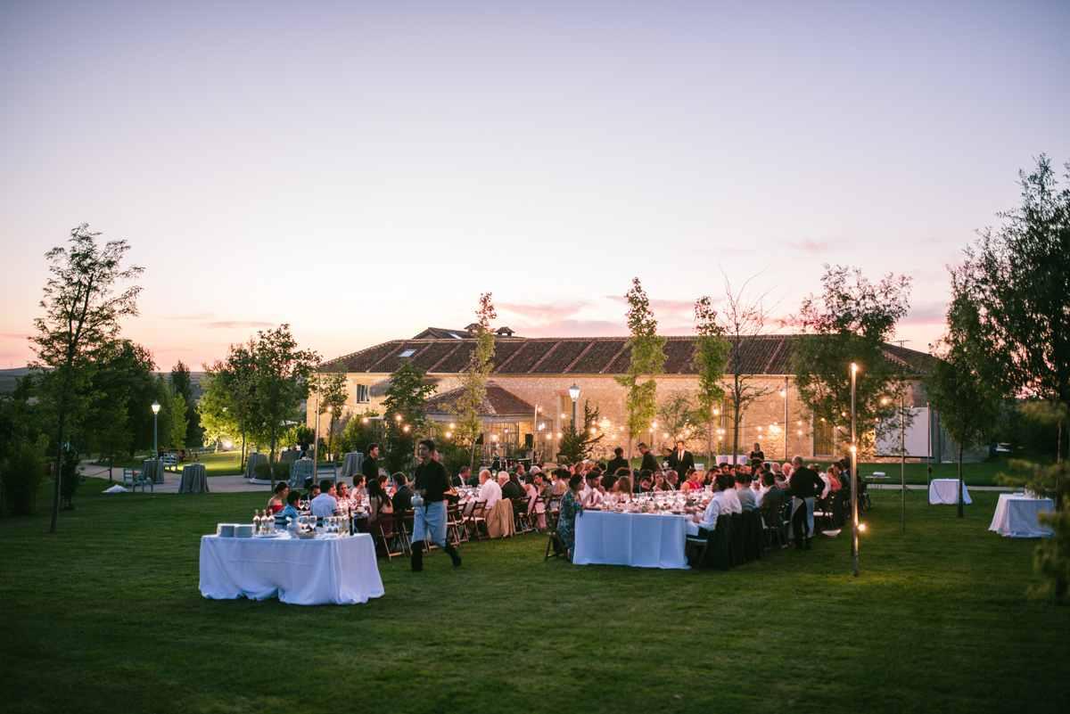 cena boda guirnaldas luces campo