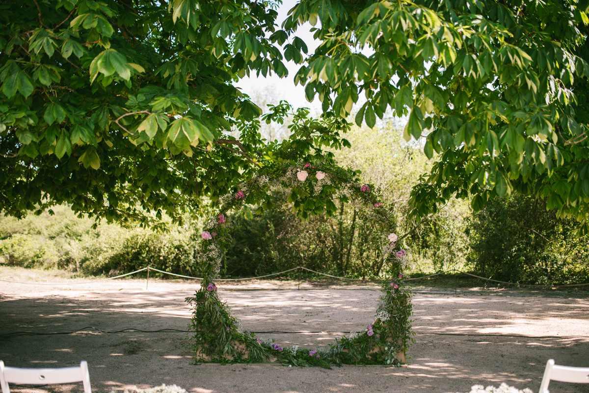 ceremonia boda círculo con flores arco