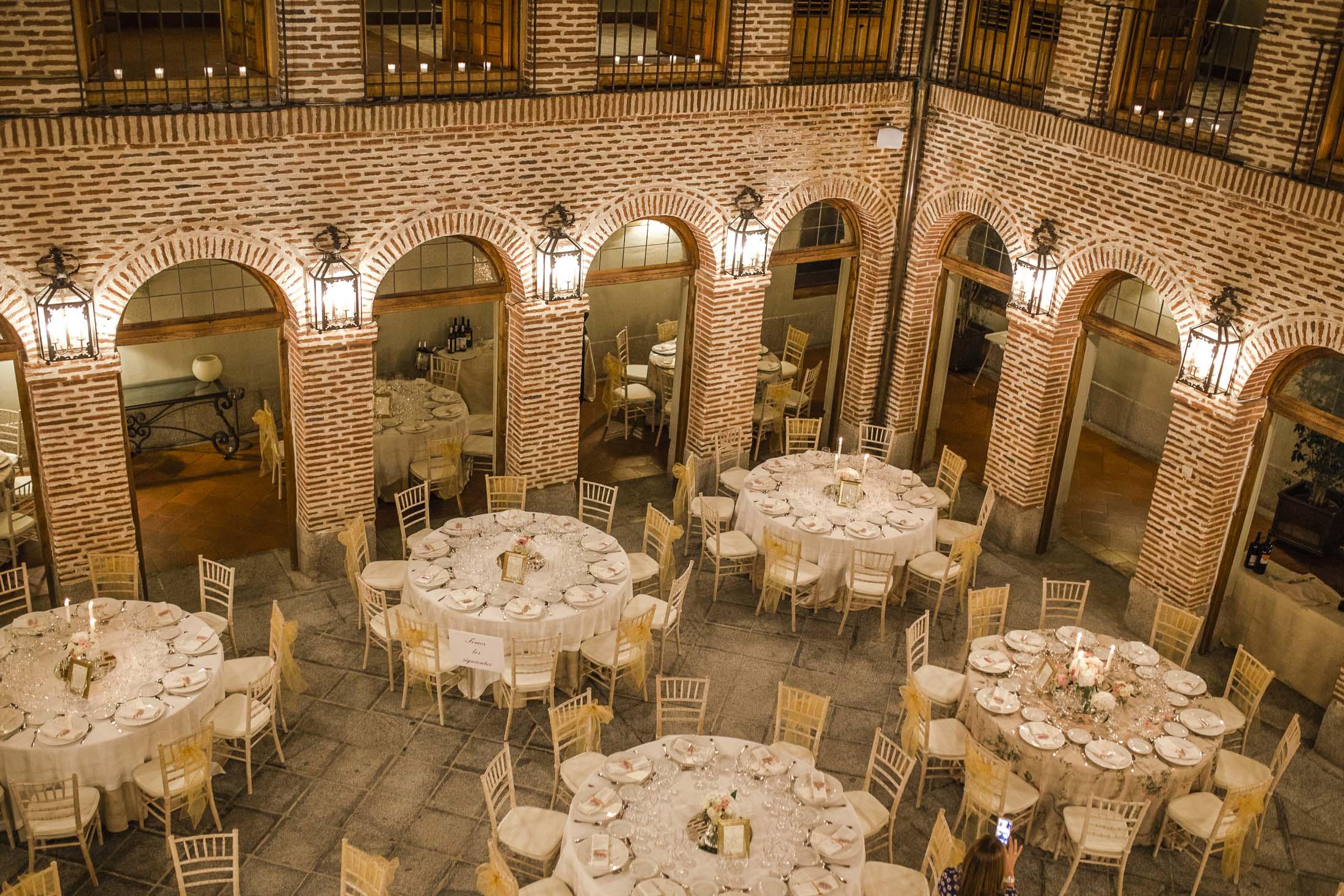 decoración cena boda romántica velas sillas tiffany