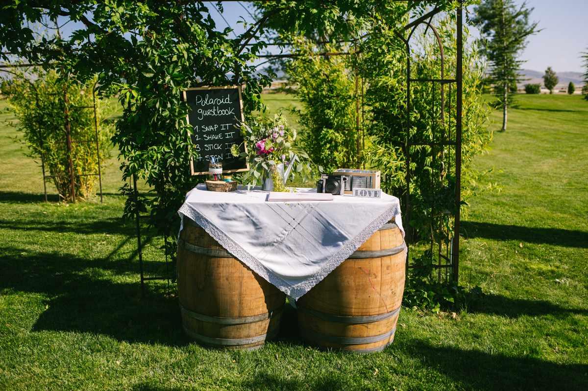 libro firmas mesa con barriles vino