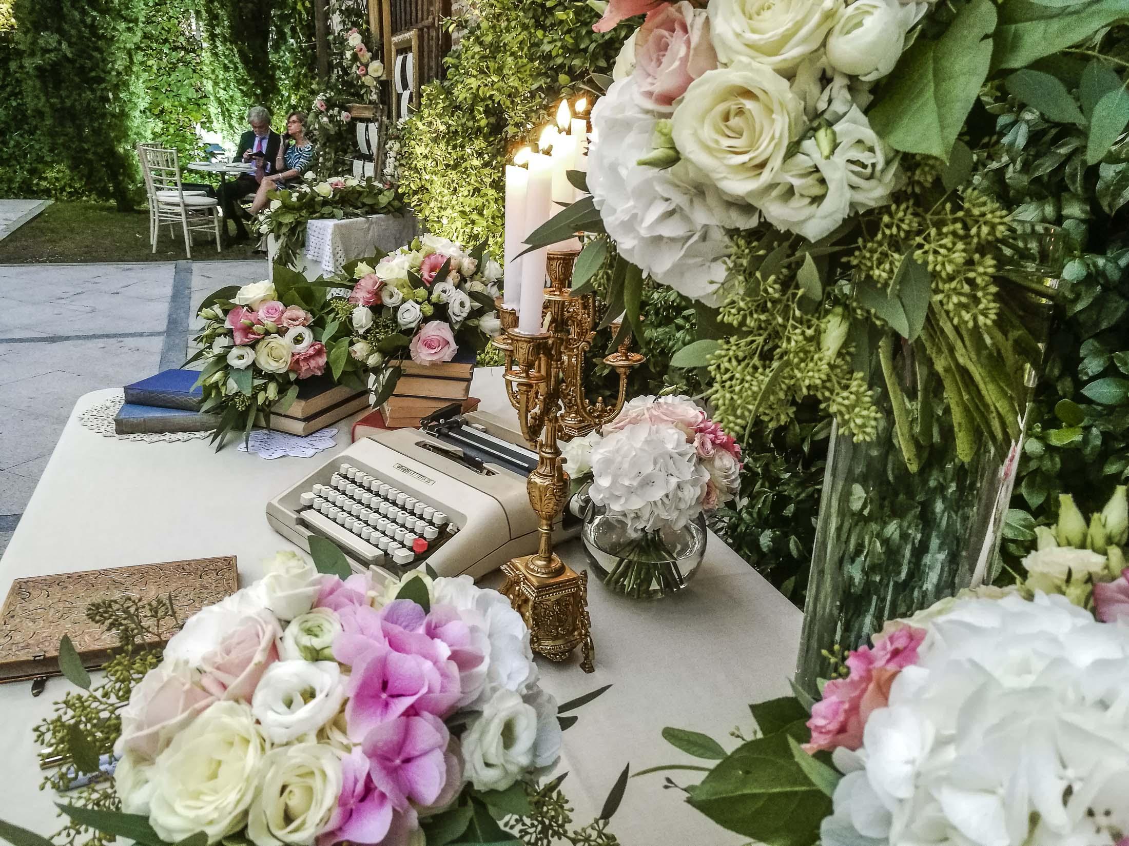mesa de firmas romántica y vintage decoración boda